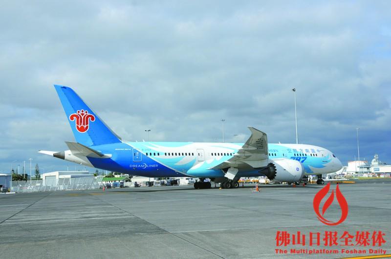 一架南航客机因故障在新西兰紧急返航并平安着陆。/新华社发 南航CZ336航班当天10时40分起飞,比预计起飞时间延误约40分钟。当地媒体报道说,飞机驾驶员在起飞后不久发现一个引擎因故障关闭,在联系奥克兰国际机场后决定紧急返航。客机最终安全着陆,机上212人安然无恙。 报道说,奥克兰国际机场当即启动全面紧急状态,调派消防队员现场集结,并对这一事故展开调查。