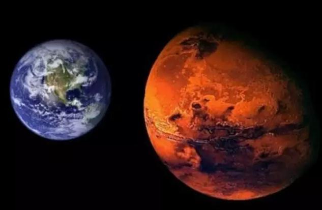 和地球比火星是暖色的 图/网络 正因为距离近,和其他星球比,在太阳系中,火星接受太阳的照射和地球相当,火星上的环境和地球最近似,所以最可能适合人居。 火星上的地形和地球类似,有高山、平原和峡谷。地表有点类似于地球上的沙漠和戈壁滩,到处是沙丘和砾石。加上干燥,年年都有沙尘暴。 这些,人类也不陌生。
