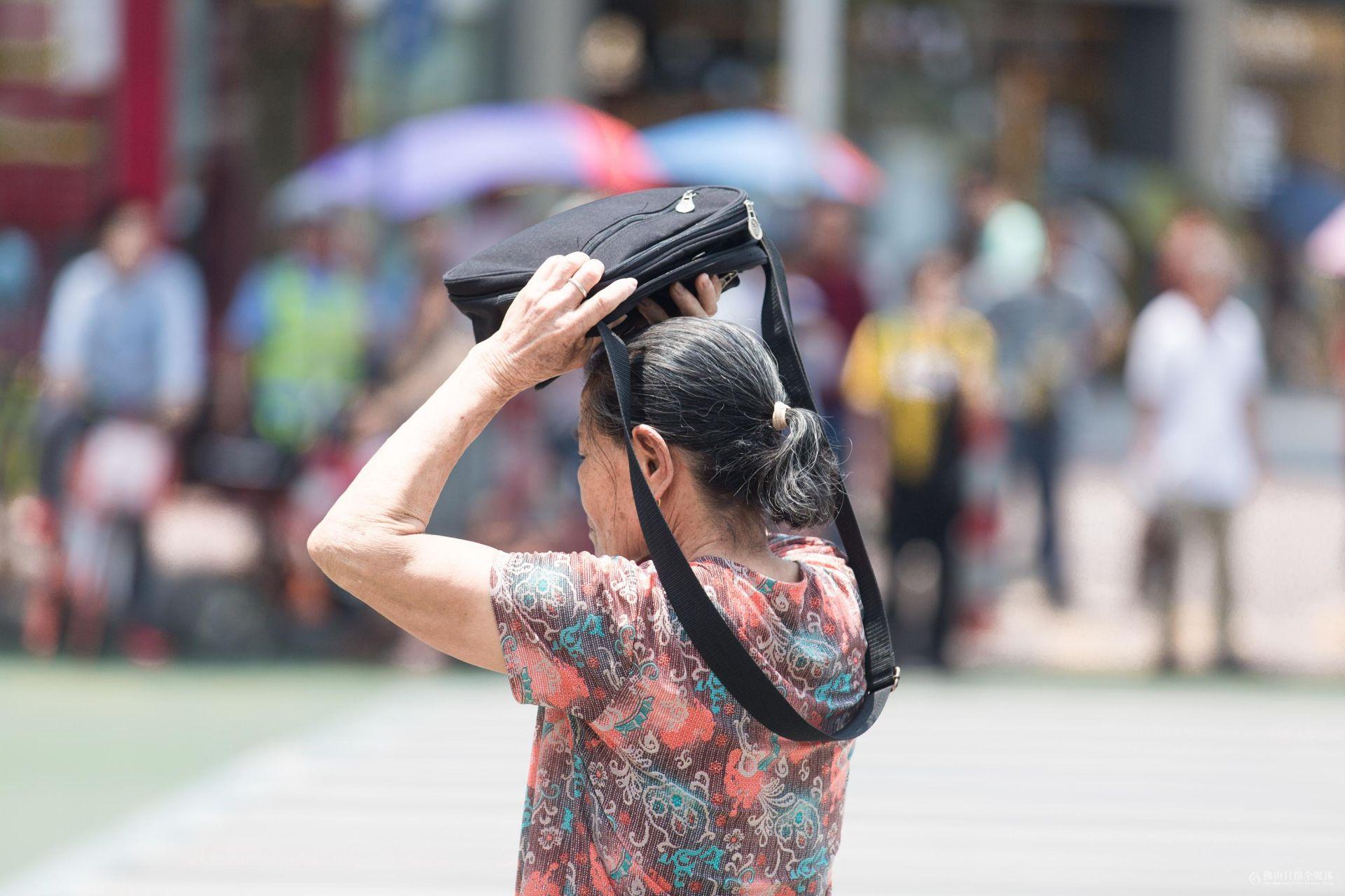 高温下的众生相!炎热的中午,看看行走在街头的佛山市民们