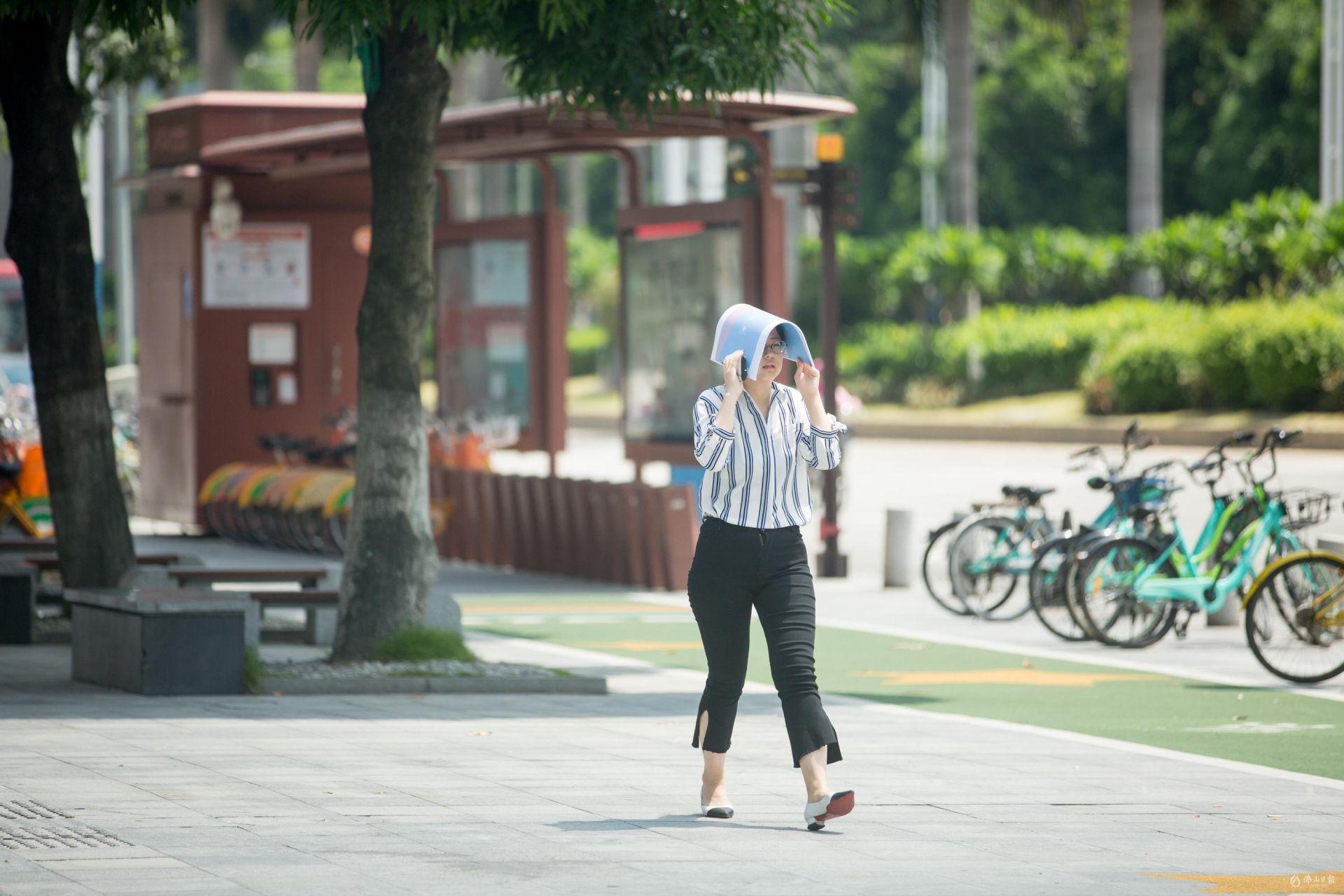 热热热!佛山持续高温,街坊们出门齐齐撑伞