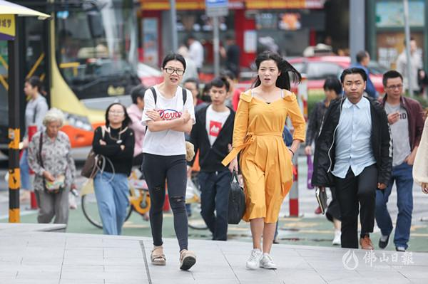 """美高梅娱乐官网气温今晨降至19° 街头美女帅哥短袖出行""""美丽冻人"""""""