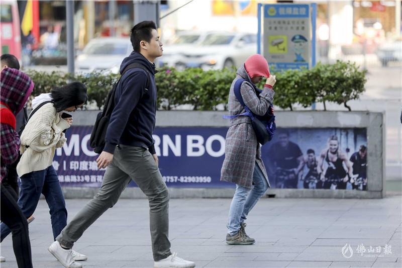 """气温骤降,冬装上阵!美高梅娱乐官网街头""""冻""""人时刻"""