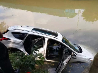 顺德一实习女司机闯大祸!开车飞落河中...(多图+视频)