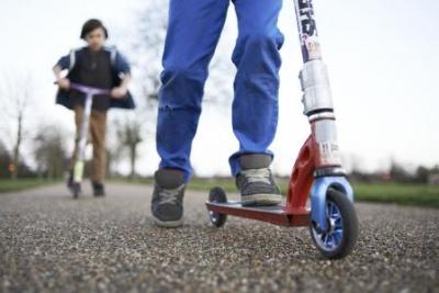 儿童玩滑板车受伤事件频发 抽检近半数滑板车质量不过关