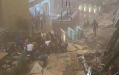 印尼证券交易所发生垮塌 目击者称有10余伤者被抬出