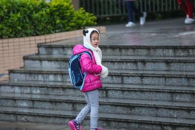 6℃!天寒冷雨,带着棉被上学!直击上学路上的孩子们...