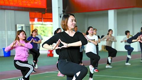 推动健身运动开展 南海百名老师学跳健美操