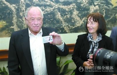 上海再推出入境服务新举措 诺奖得主获永久居留身份证