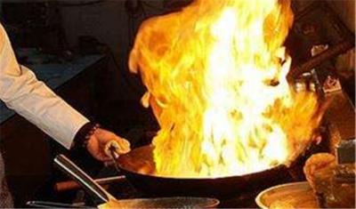油锅无人看管起火 涉事厨师却在外吃早餐