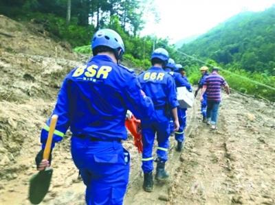 佛山蓝天救援队驰援信宜救灾 洪水中救出6名被困群众