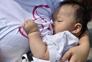 宝宝想吃 妈妈想喂都可哺乳