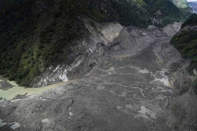 最新!西藏雅鲁藏布江堰塞湖开始自然过流