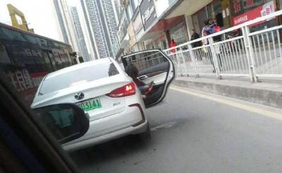 深圳一车辆路中间违停让孩子尿尿:罚800元,记2分