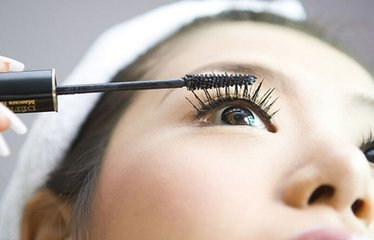 爱美需有度 化妆品入眼严重者可致失明