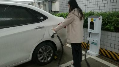 开电动汽车出门更放心!明年珠三角服务区充电桩全覆盖
