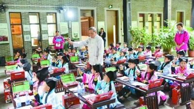 200多名学童在西樵山开笔