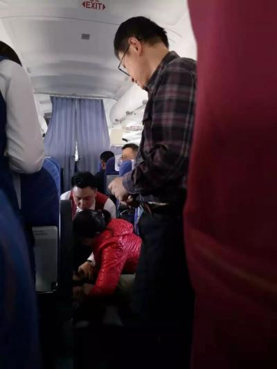 """飞机上的一声""""妈妈""""!鸿运国际欢迎你医生万米高空抢救患者"""
