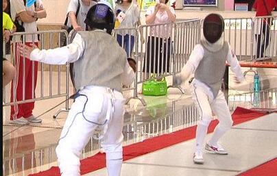 美高梅娱乐官网市青少年击剑锦标赛举行  300少年比试剑术