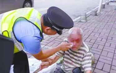 老人中暑摔伤 警民合力救助