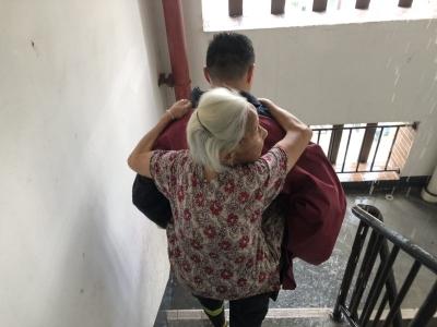 民居起火 北滘消防队员轮流背九旬老人下15楼