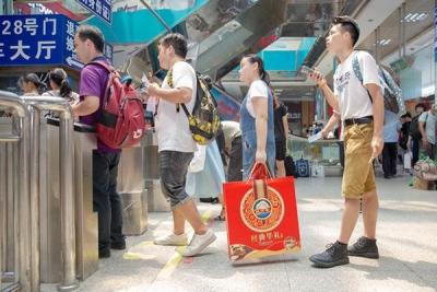 中秋前多站场旅客量增加 晚高峰多路段行车缓慢