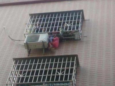 好险!三岁女童头卡阳台身体悬空 所幸民警消防合力救下