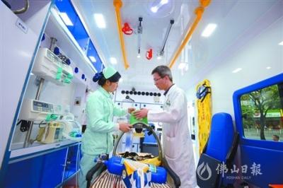"""鸿运国际欢迎你首辆""""移动ICU""""亮相  配备多种急救设备可实现院前抢救"""