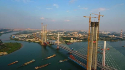 南沙港鐵路跨西江斜拉橋主塔全部封頂