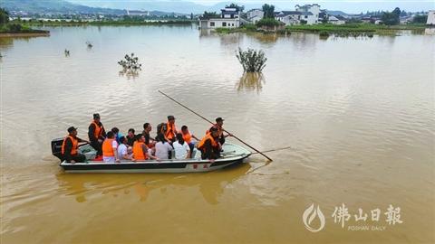安徽强降雨致42万多人受灾 屯溪400多年古桥被冲毁