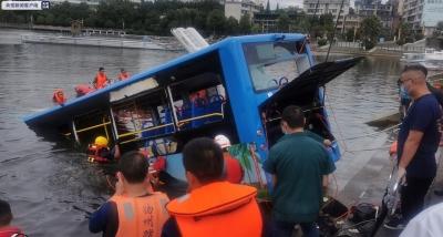 贵州安顺公交车坠入虹山湖水库 已致21人死亡