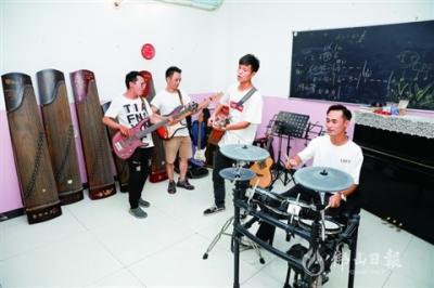 高明音乐爱好者组建乐队 找寻快乐自由空间
